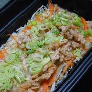 寒〜い夜の超簡単おかず!サッパリ&ボリューミィでご飯に合う〜豚肉ともやしとえのきのレンジ蒸し。