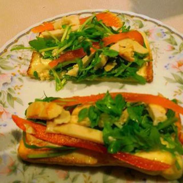 スティックオープンサンド  ロケツトと豆苗のチキンサラダ