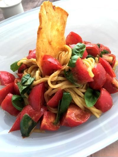 バジルとトマトたっぷりイタリアンなまぜそば!チーズガレット添え