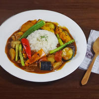 【夏カレーレシピ】カラダにやさしい彩り夏野菜のトマトポークカレー