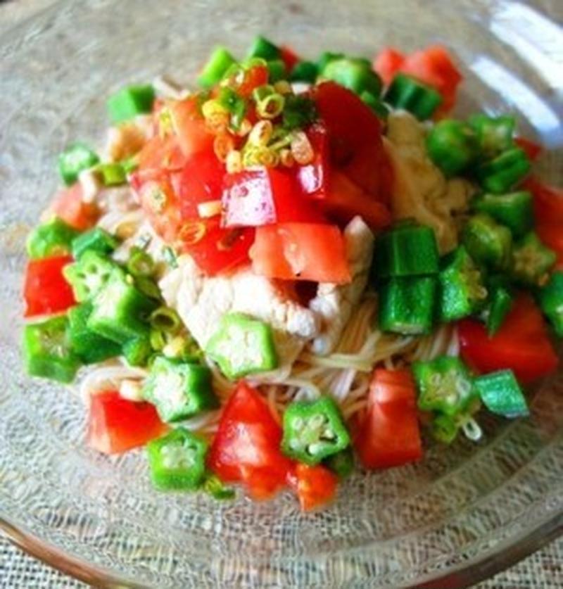 夏に食べたい!「トマト×ラー油」のピリ辛麺