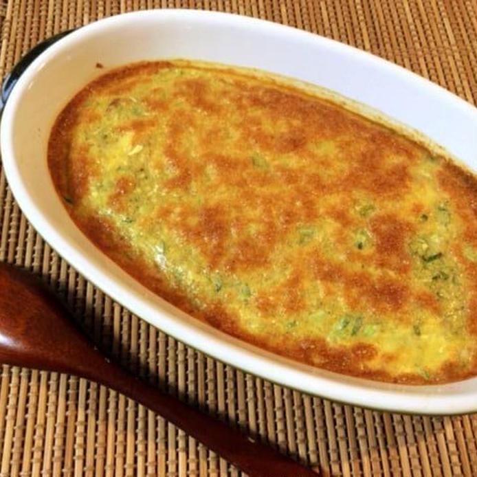 深皿に盛られたオーブンで焼いたオクラ納豆オムレツ、木のスプーン