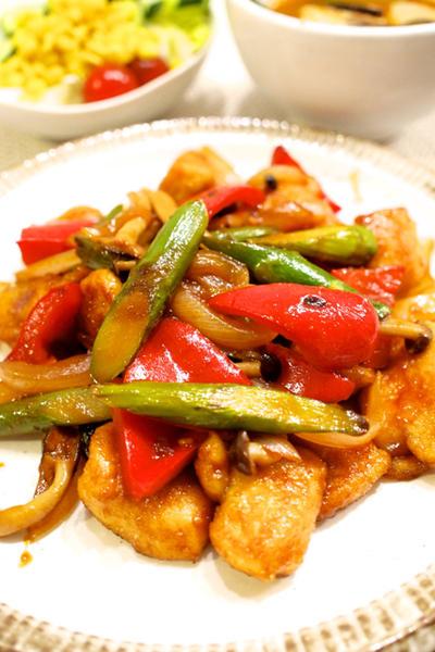 【韓国料理】鶏むね肉とアスパラのコチュジャン炒め&ごまドレのコーンサラダ&豆腐チゲで晩ごはん。