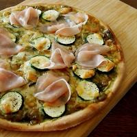 ズッキーニと生ハムのグリーンカレーピザ&にゃ♪