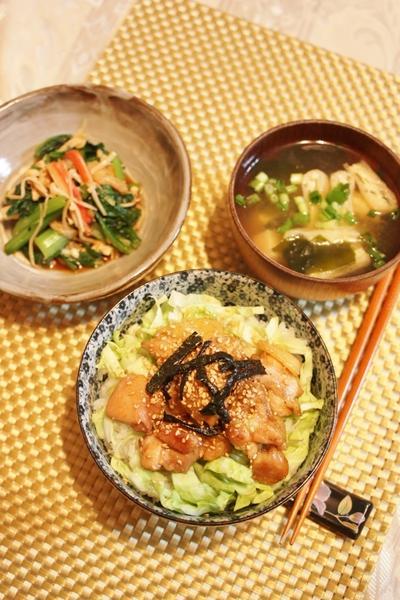 鶏丼と小松菜の和え物とお味噌汁・・・
