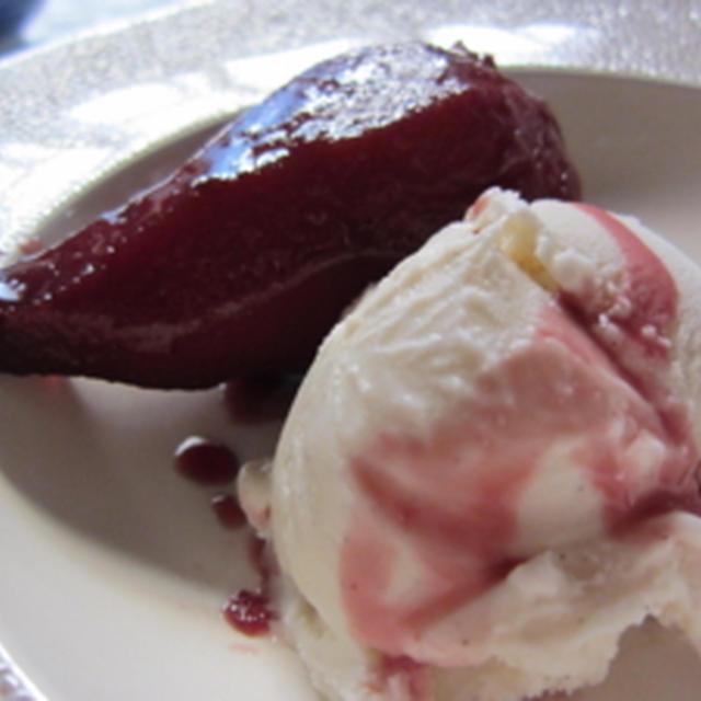 [料理(いかにもNY)] 洋ナシの赤ワイン煮、バニラアイスを添えて