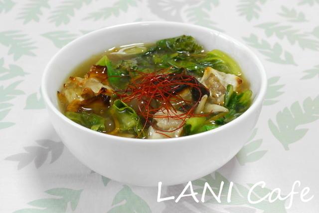 白の皿に入ったレタスと糸唐辛子が入ったスープ