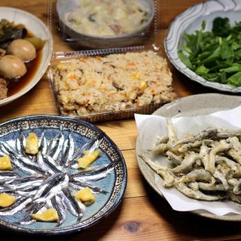 八幡浜近海産ホータレ(カタクチイワシ)の天ぷらと刺し身、おすそわけの栗入り炊き込みごはんほか。