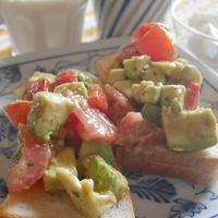 スパイスミックス・アボカドとトマトのサラダを使った、華やかオープンサンド