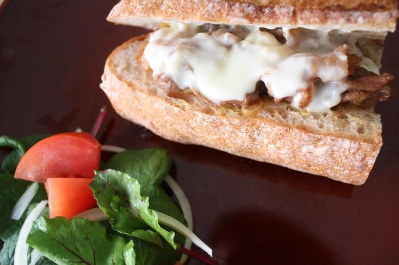 【海外ドラマ飯】濃厚チーズソースと炒めたお肉たっぷり。あのドラマにも出たアメリカB級グルメサンドを作ろう♪