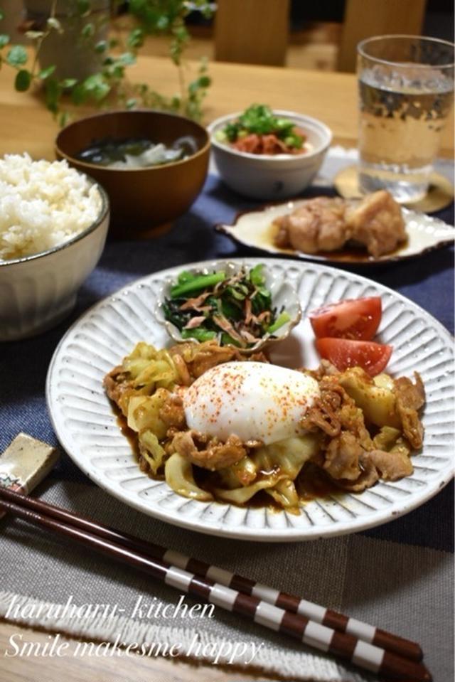 温玉のせキャベツと豚肉のごま味噌炒め、トマトと小松菜のお浸し添え