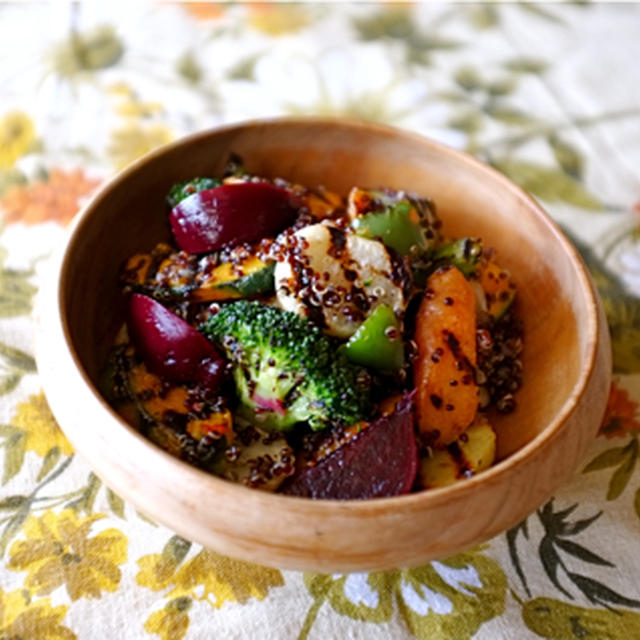 グリル野菜とキヌアのサラダ。