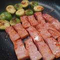 厚切りベーコンと芽キャベツのピリ辛ソテー