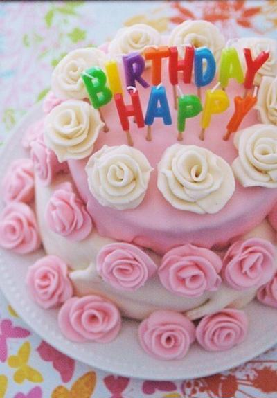 Happy Birthdayとマシュマロ・フォンダント・ケーキ。