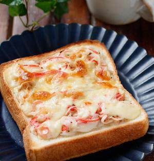 カニカマと新玉ねぎのピザ風トースト【#簡単 #節約 #時短 #レンジ #トースター #朝ごはん #ランチ #おやつ #主食】