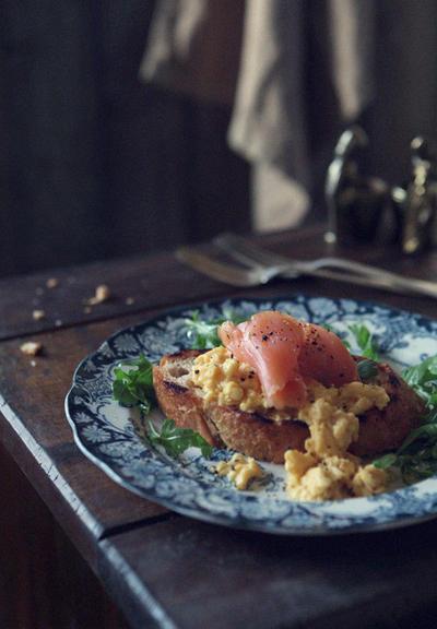 スモークサーモンとスクランブルエッグのトースト