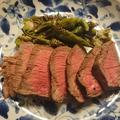 炒め青唐辛子を添えた牛赤身肉ロースト
