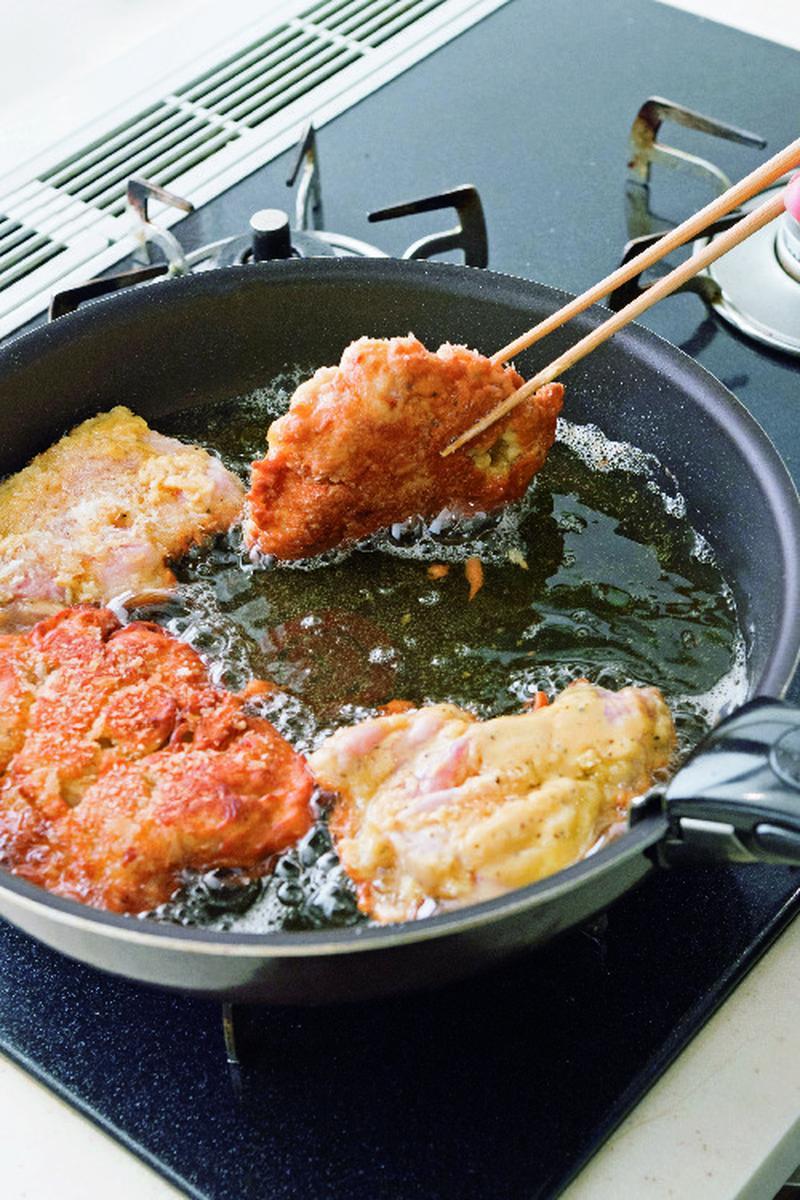3、フライパンに5mm深さのサラダ油を入れ中火にかける。パン粉を少し入れ、ふわっと上がってくるまで熱...
