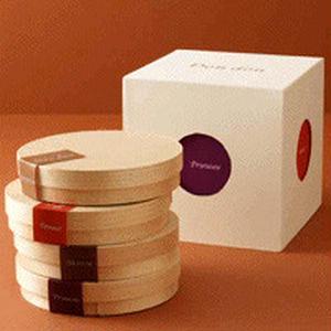 木箱の中には、ゴルゴンゾーラ・ポム・マロン・プリュノーの個性豊かな4種類のタルトフロマージュが入って...