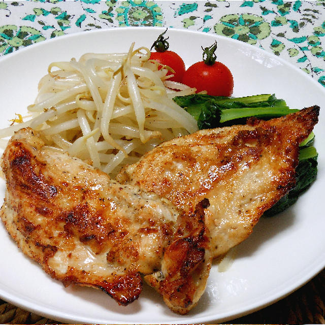 簡単!スパイシーおつまみ、鶏ムネ肉の塩麹ソテー山椒風味。