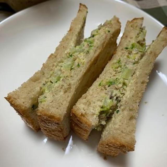 自家製食パンでサバ缶とブロッコリーでサンドイッチを作りました。
