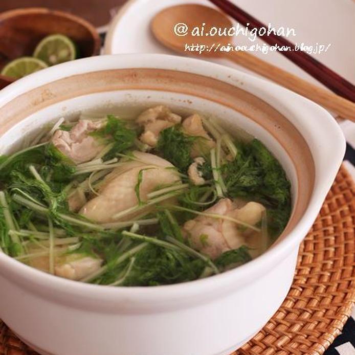 土鍋に入っている、水菜がのった鶏塩スープ煮