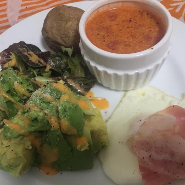 今朝の朝ごはん^_^トマトスープと目玉焼きアボサラダ