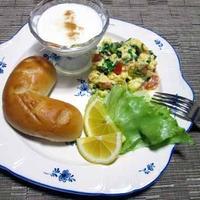 スキンケアしながらの朝ごはん作り♪ トリコロールカラーのスクランブルエッグ