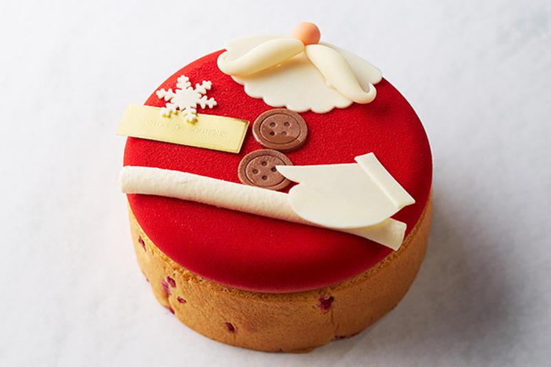 サンタクロースの特徴が愛嬌たっぷりに表現されたユーモア溢れるケーキ。<br>苺のクリームとベリーでで...
