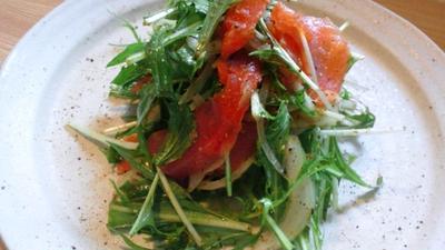 スモークサーモンと水菜・玉葱のバジル風味のサラダ