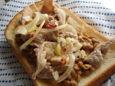 納豆とナンプラーでエスニック風トースト