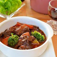うまソースと赤ワインでビーフシチュー ☆ お礼♪ - じゃが芋を牛肉で巻いてボリュームアップ-