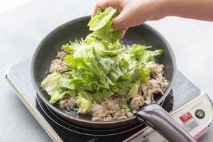3、豚肉の色が変わったらレタスを加えて5~10秒ほどサッと炒め、火を止める。ごま油、粗びき黒こしょう...