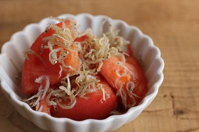 簡単・副菜♪トマトとじゃこのサラダ