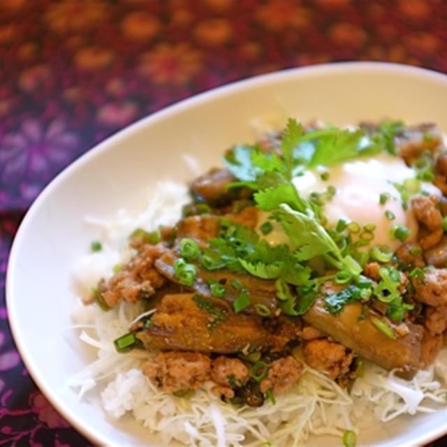 干しナスと鶏挽肉のエスニック炒め丼。