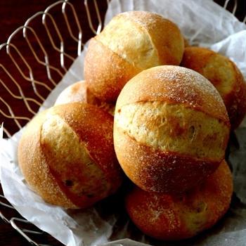 休日ランチ・・全粒粉入りのパンと山盛りサラダ♪