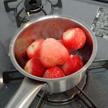 冷凍いちごのヨーグルトソース