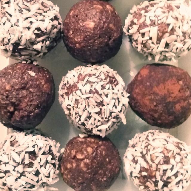 チョコレートボールとカカオパウダー付きのチョコレートボール