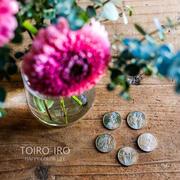 オリンピック記念貨幣と生花。