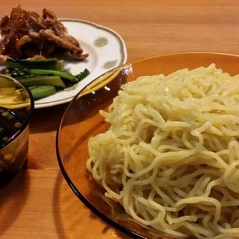 豚肉の甘辛いためと小松菜の容器のざるラーメン。