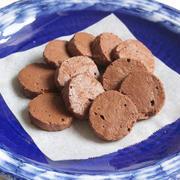 材料3つでサクほろ食感!チョコレート70パーセントの焼きチョコクッキーの簡単作り方。