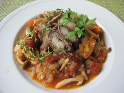 牛肉の白アスパラ巻き 茸とトマトのソース