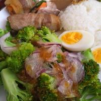 ひとくちカレーと肉やさい巻き、ブロッコリーのダブルオニオンサラダ