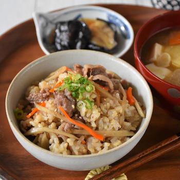体調を崩しやすい季節に!玄米と根菜の炊き込みご飯