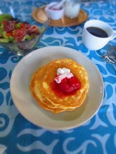イチゴとヨーグルトソースのパンケーキ
