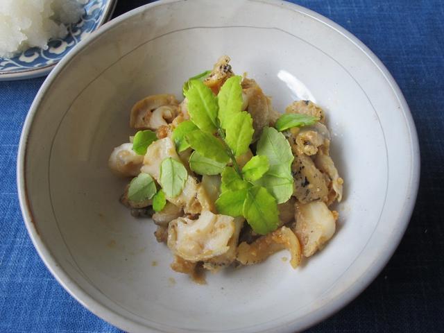 白い和食器に入ったつぶ貝の味噌炒め