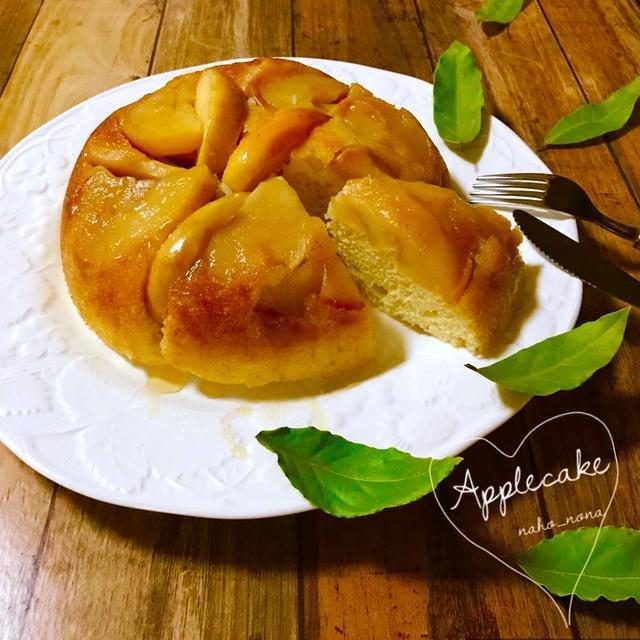 白の皿に盛られ、葉っぱがそえられた簡単りんごケーキ