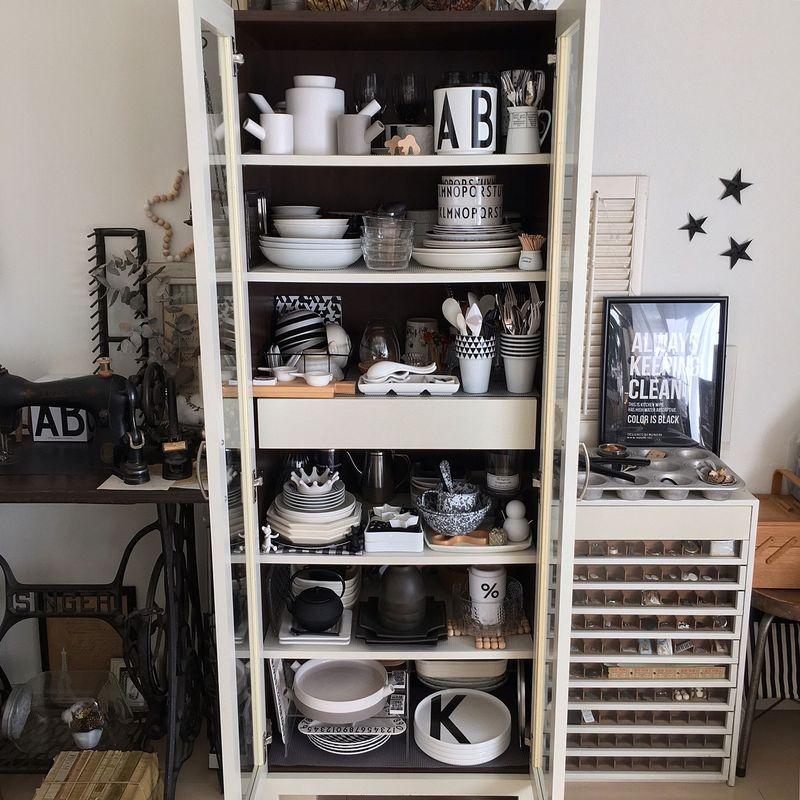 モノトーンにまとめられた食器棚は、一見たくさん食器類が収納されているように見えますが、色が絞られてい...