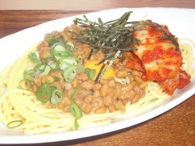 白い皿に盛られた納豆キムチパスタ
