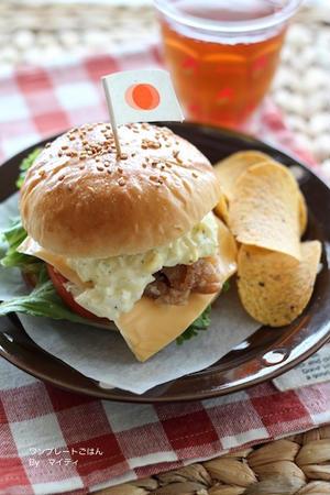 唐揚げを挟んでタルタルソースをかけたハンバーガー。チップスとドリンクを添えるだけでお店のよう♪お子さ...